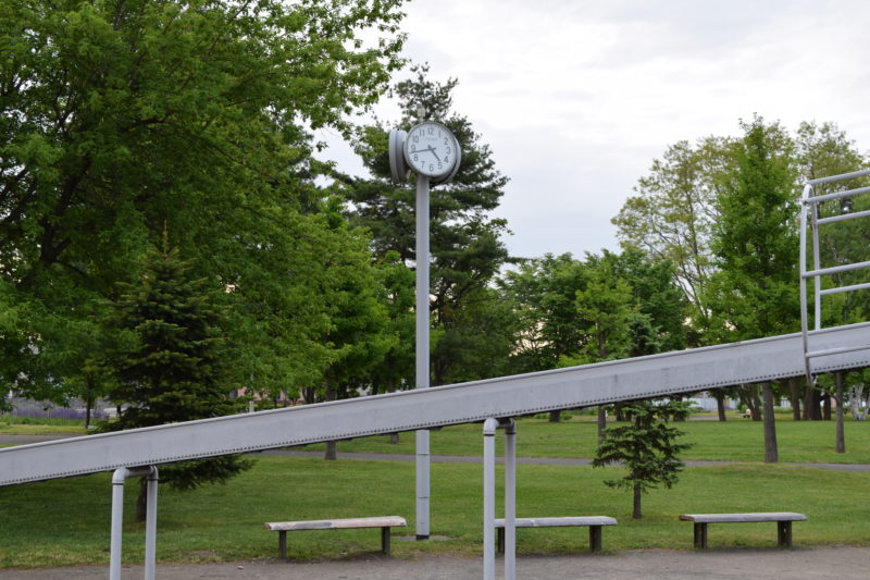 管理棟付近の遊具広場にある時計