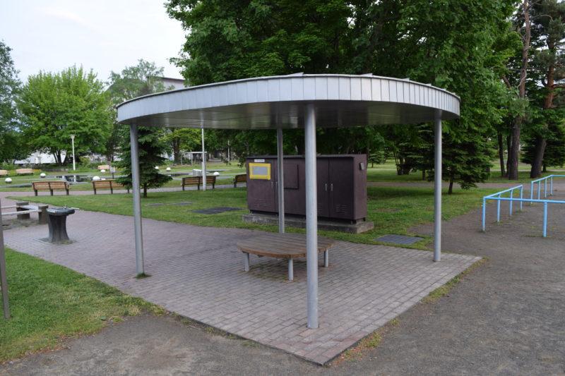 遊具広場にあるあずまやとベンチ