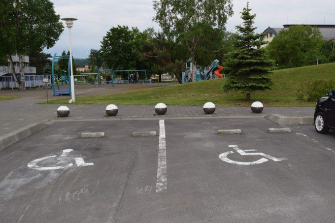 クリスタルパークのバリアフリー駐車スペース