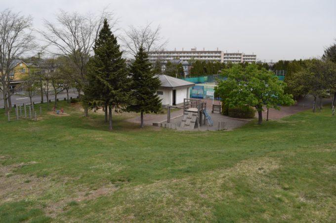 築山から見る遊具広場・管理事務所・テニスコート