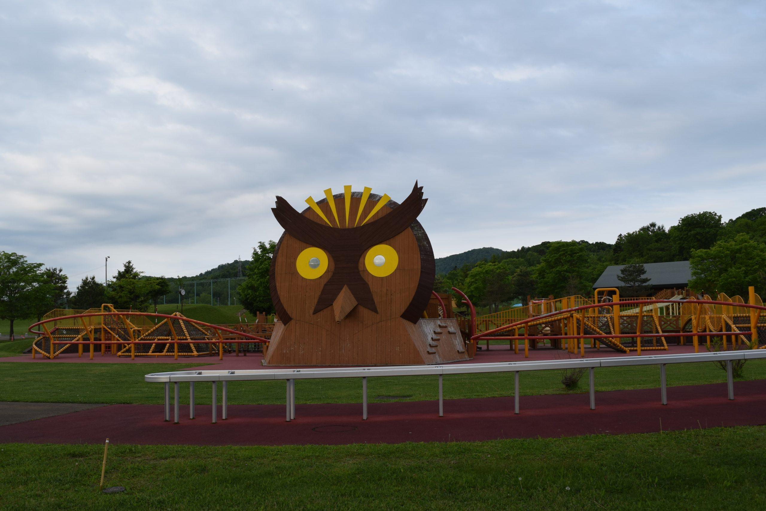 カムイの杜公園ふくろうをデザインした大型木製遊具