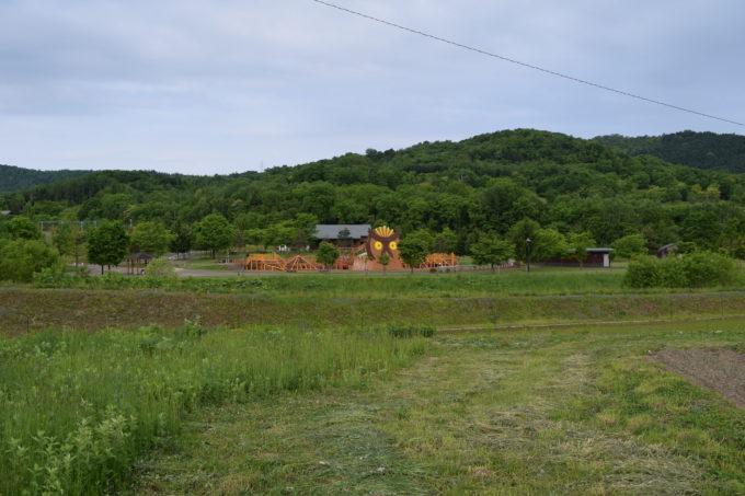 北海道道937号上雨紛台場線沿いから見るカムイの杜公園