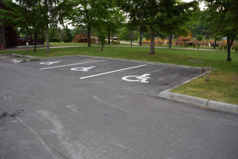 森のふしぎ館付近にあるバリアフリー駐車スペース