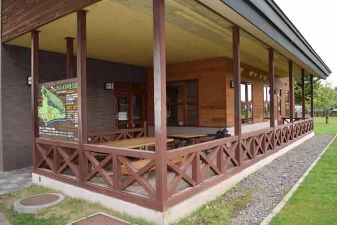 森のふしぎ館の屋外休憩スペース