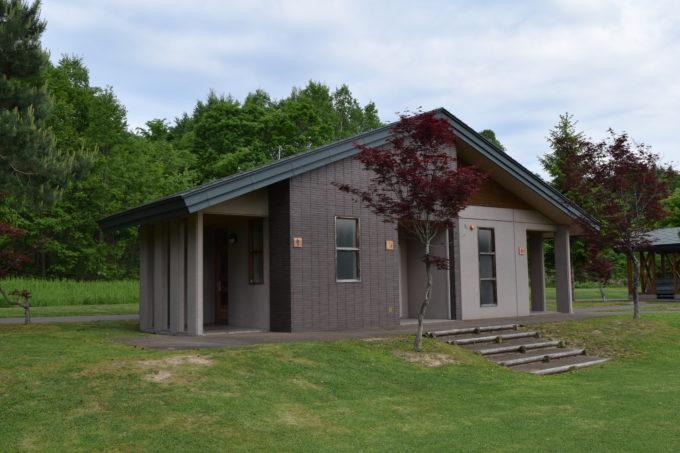 多目的芝生広場とキャンプ場付近にあるバリアフリートイレ