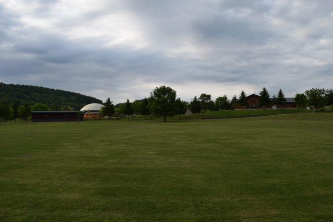 キャンプ場から見る多目的芝生広場