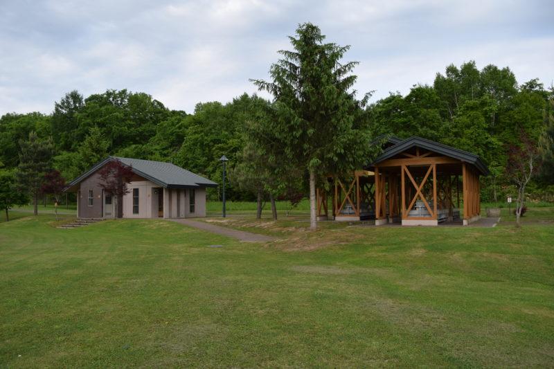 キャンプ場の炊事棟とトイレ