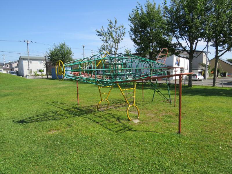 鉄製の飛行機をモチーフとした立体遊具