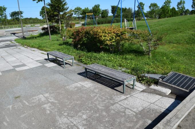 遊具広場付近にあるベンチ
