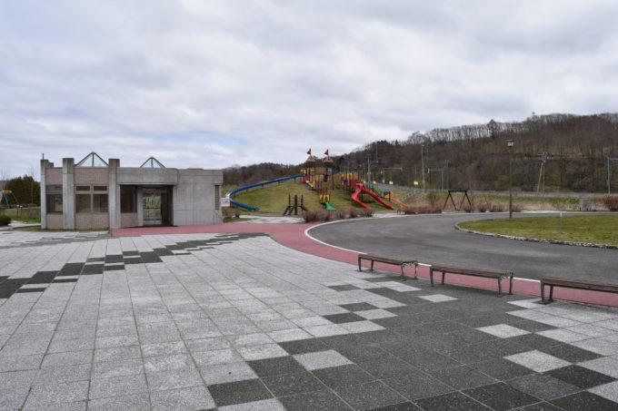 トイレ兼休憩所は遊具広場に隣接