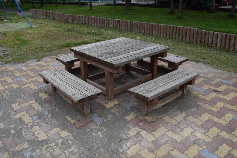 遊具広場付近にあるテーブル席