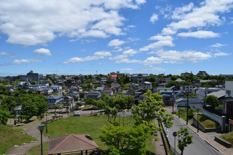 左手には浦見城山通から釧路市生涯学習センター方面。右手には寺院がある弥生方面。