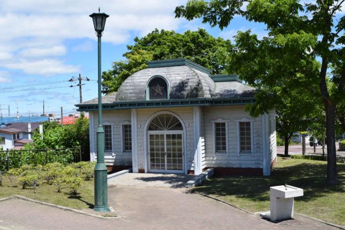 明治・大正期にあった劇場「共楽座」の外観をモチーフとしている米町公園内のトイレ