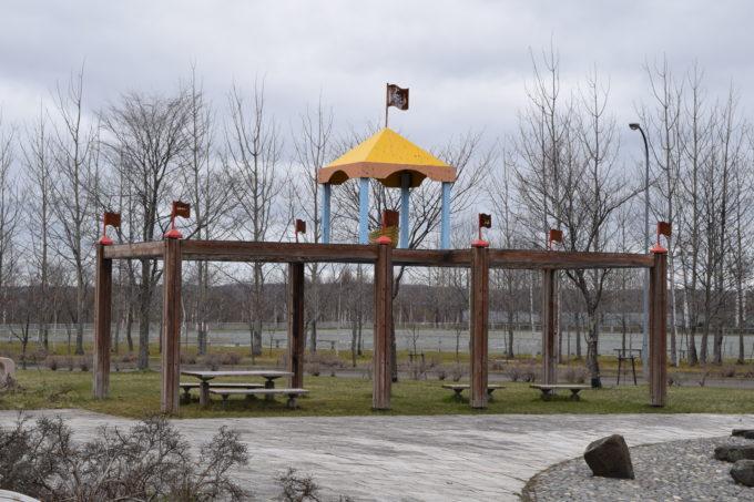 遊具広場付近にある船の形をした休憩スペース
