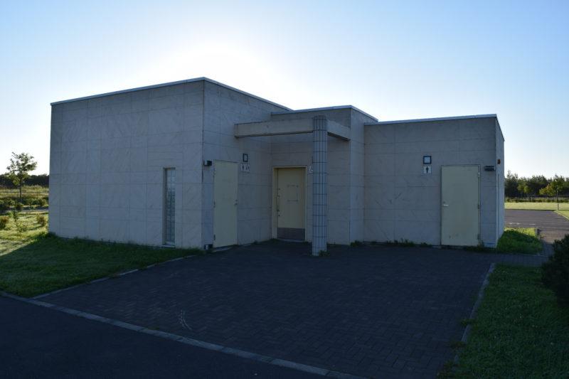 ソフトボール場と子供の広場付近にあるバリアフリートイレ