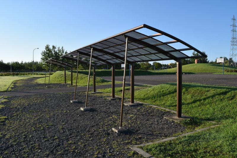 ソフトボール場と子供の広場付近にある駐輪場