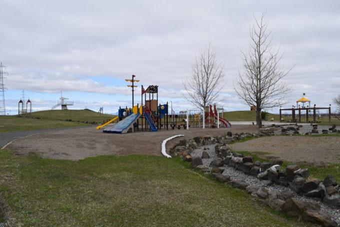 水路付近からの子供の広場全体