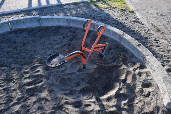 砂場にあるミニショベル