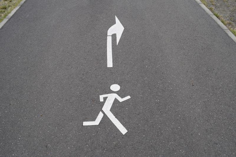 地面にあるジョギングコースの順路マーク