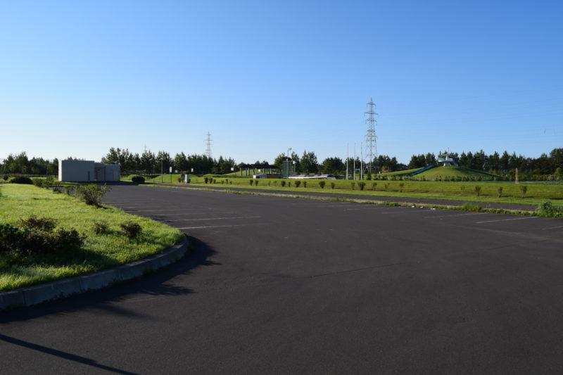 ソフトボール場と子供の広場付近にある駐車場