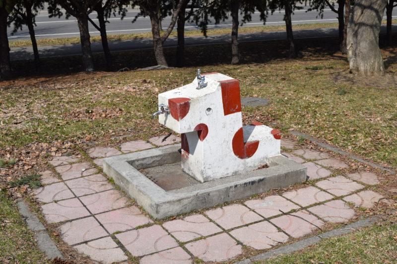 犬の形をした水飲み場・手洗い場
