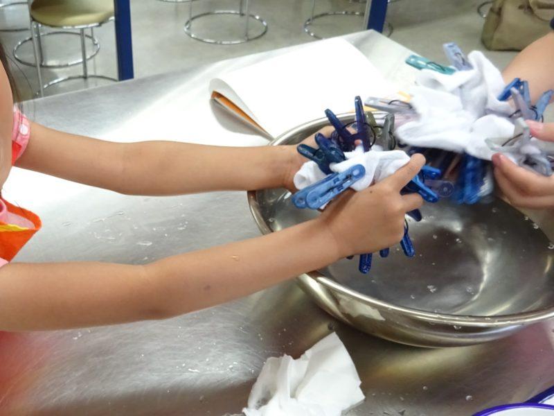 タオルをこちらの水につけて染まりやすくします