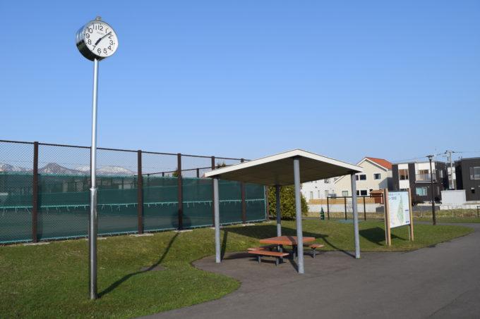 テニスコートやパークゴルフ場付近のあずまやと時計