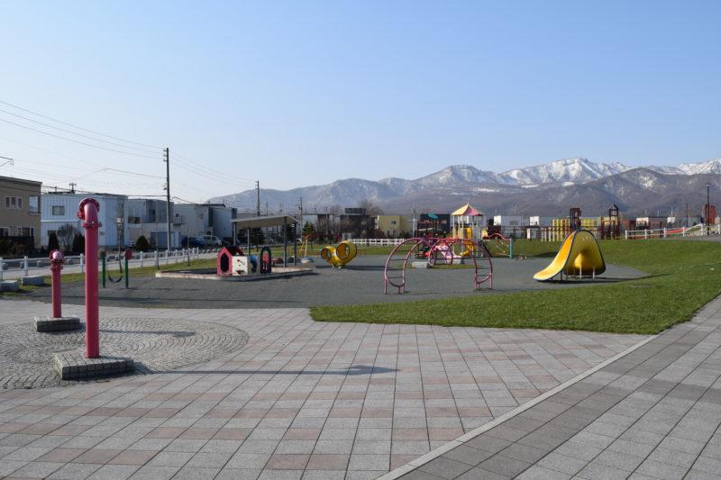 徒歩池のすぐ横に幼児の遊具広場