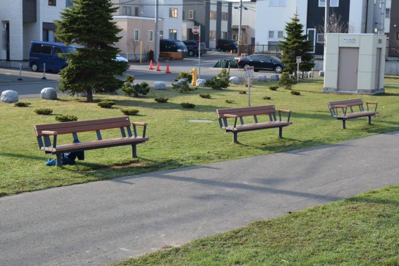 芝生広場付近にあるベンチ