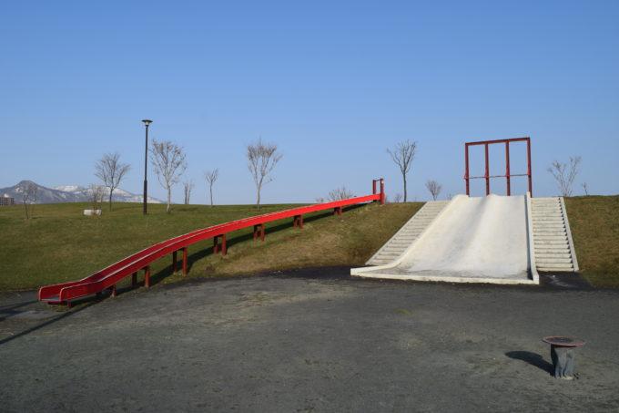 長い滑り台とプレイスロープ