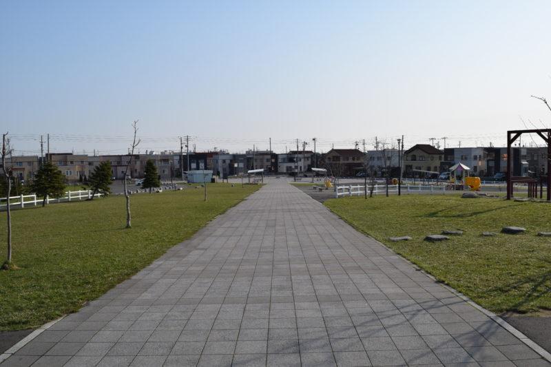 築山からのエントランス広場