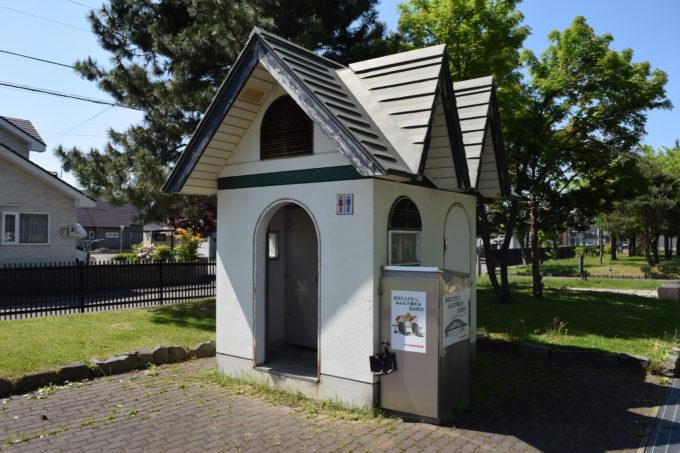 遊具広場にある男女別トイレ