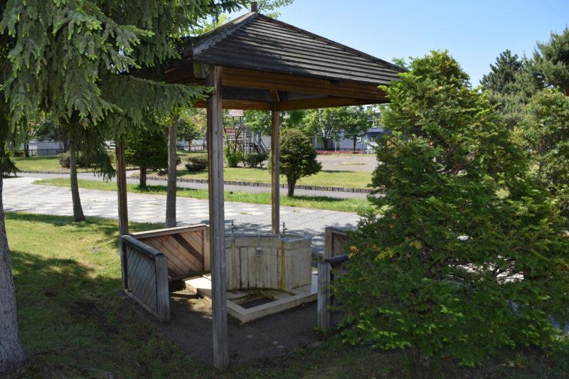 芝生広場付近にある屋根付きの水飲み場・手洗い場