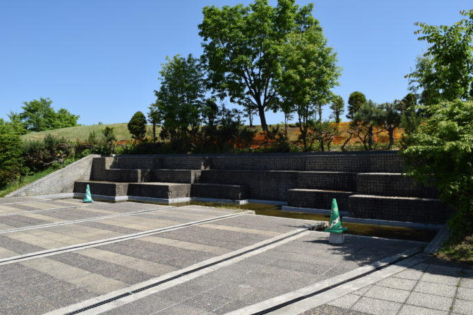末広中央公園水の広場にある壁泉