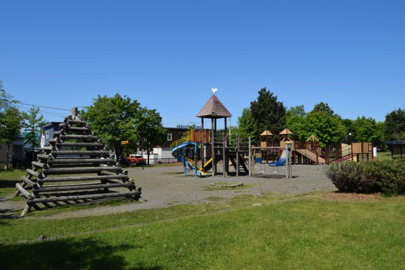 コンビネーション遊具が2基ある末広中央公園の遊具広場