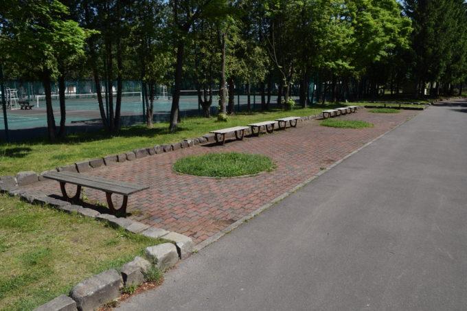 テニスコート付近のベンチ