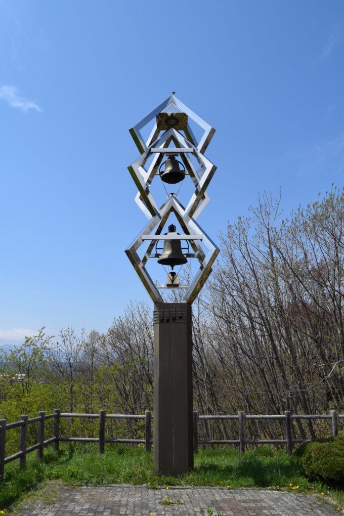 美蔓パノラマパークのスイングベルのモニュメント