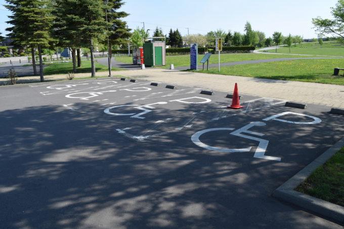 石狩ふれあいの杜公園西駐車場のバリアフリースペース