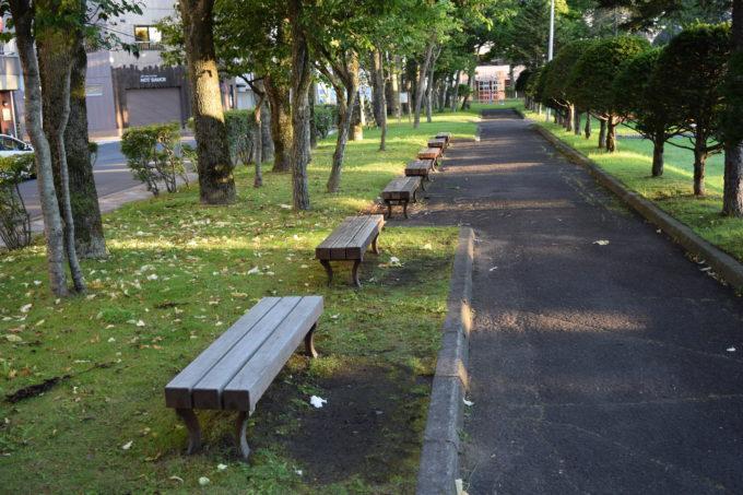 公園脇のベンチ