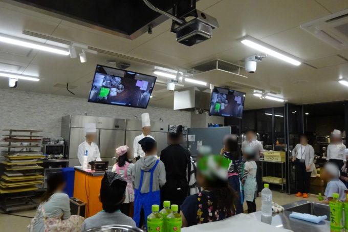 まずはルタオ講師の方々のご紹介から始まり、お子様たちが集合し、石黒先生によるケーキ作りの流れを説明。