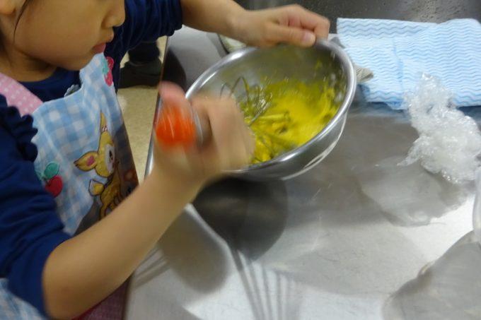 カスタードクリームに牛乳やグラニュー糖などを入れ混ぜまぜ。