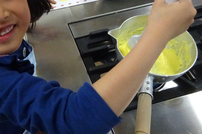 カスタードクリームを鍋でコトコト