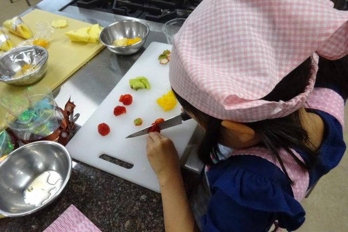 いちご、桃、キウイフルーツ、マンゴーを食べやすい大きさにカットしていきます。