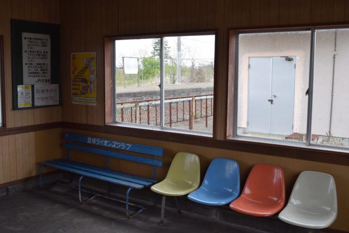 十弗駅舎内のベンチ