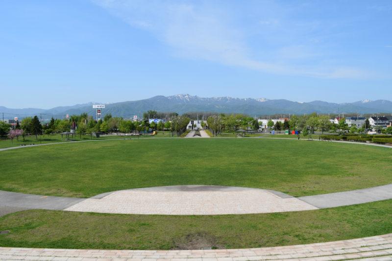 石狩ふれあいの杜公園シンボル山からは手稲山が見えます。
