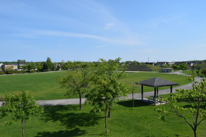 石の砦から見る芝生広場・ステージ広場・シンボル山