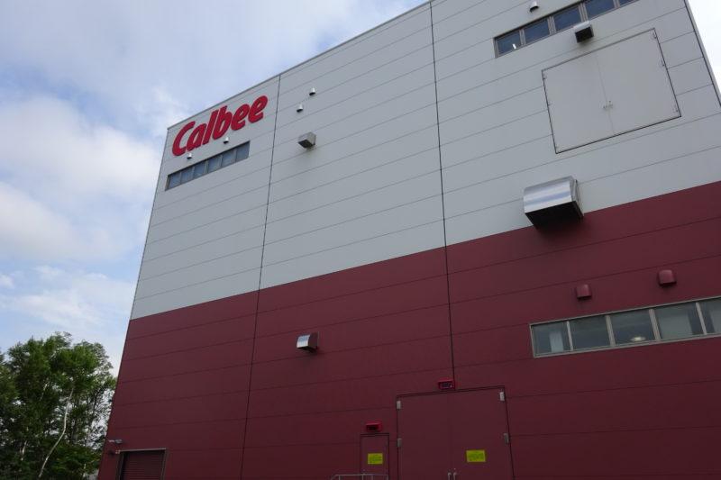 工場の上にカルビー(Clbee)のロゴ