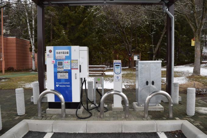 左側が急速充電設備。右側が充電コントローラー。