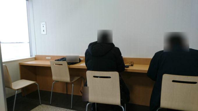 札幌丘珠空港搭乗待合室内にある電源スペース