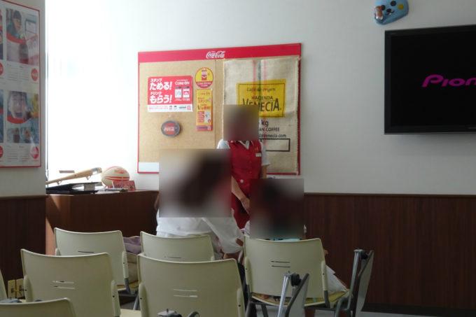 北海道コカコーラボトリング札幌工場の工場見学案内スタッフによる説明